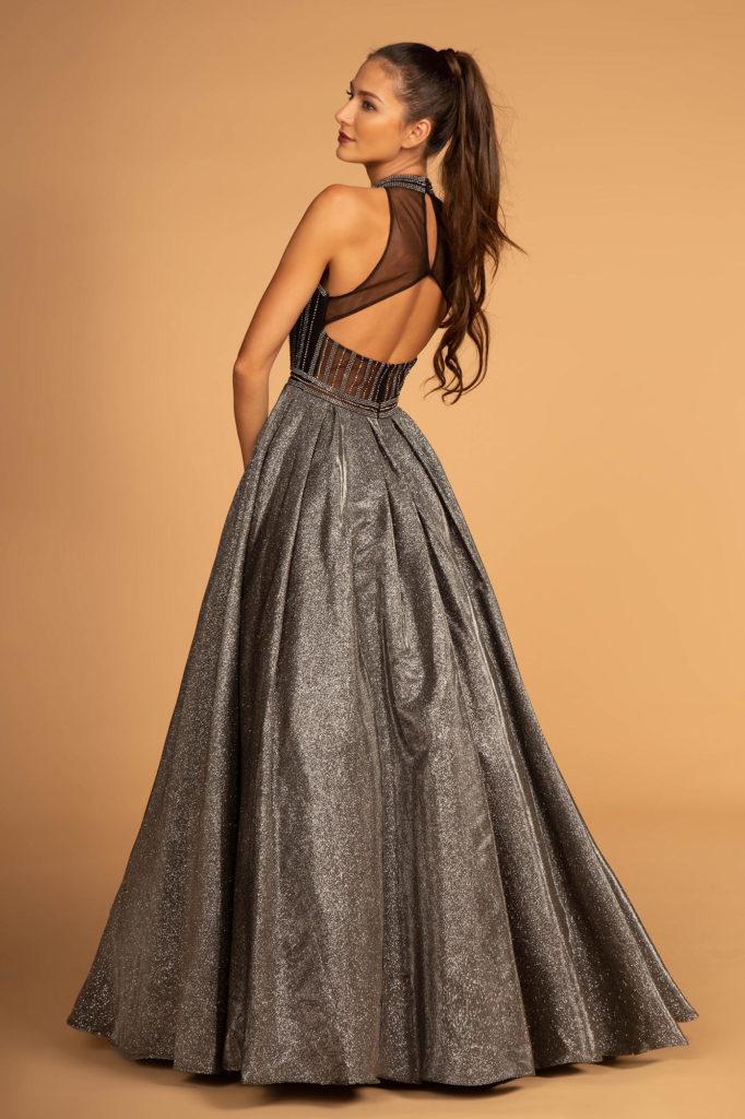 c6c2586fd6e8 Endnu en smuk gallakjole i et lækkert shiny look – kjolen har den fineste  ryg